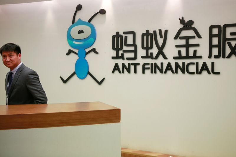 © Reuters. FILE PHOTO: Employee stands next to the logo of Ant Financial Services Group at its headquarters in Hangzhou