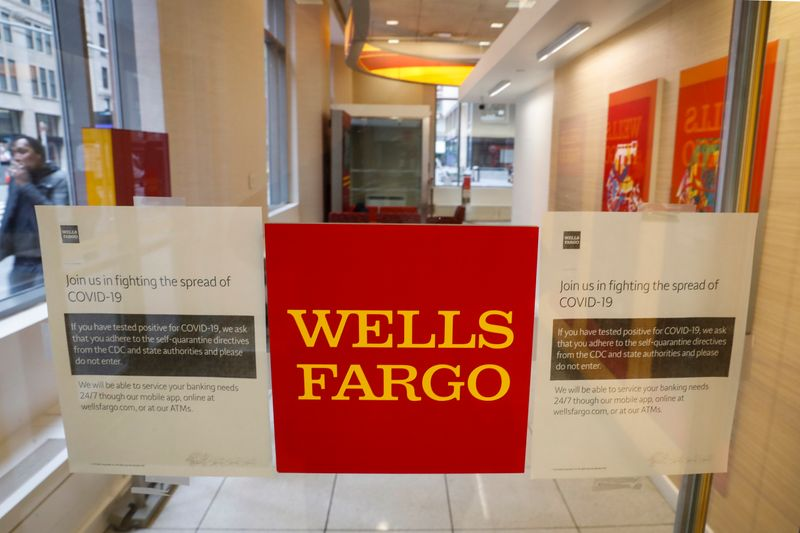 © Reuters. Warning signs for coronavirus disease (COVID-19) are seen on a Wells Fargo bank door in New York