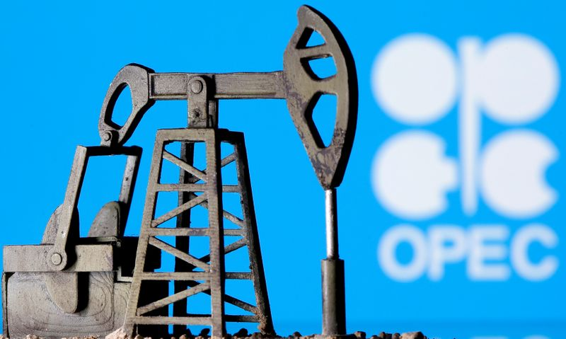© Reuters. FILE PHOTO: A 3D printed oil pump jack is seen in front of displayed OPEC logo in this illustration picture