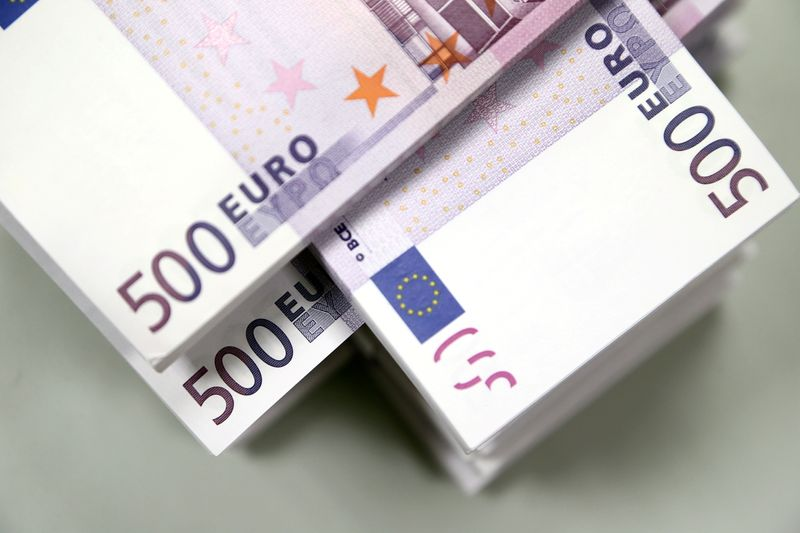 © Reuters. FILE PHOTO: Euro currency bills are pictured at the Croatian National Bank in Zagreb
