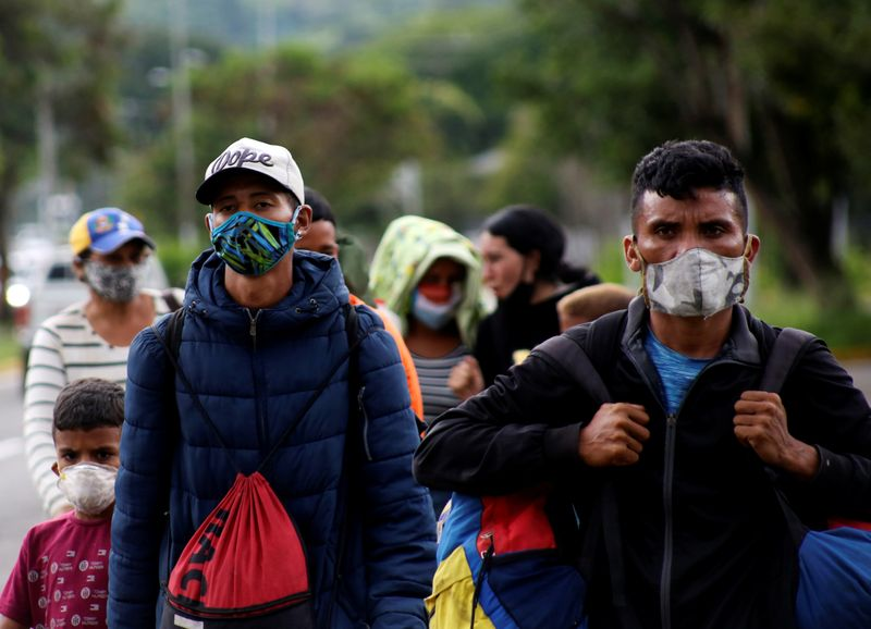© Reuters. Venezuelan migrants walk towards the border between Venezuela and Colombia during the coronavirus disease (COVID-19) outbreak, in San Cristobal