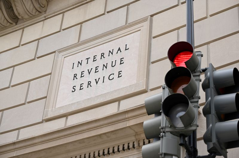 © Reuters. FILE PHOTO: The Internal Revenue Service building is seen in Washington