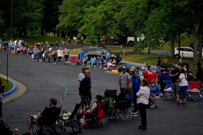 © Reuters. FILE PHOTO: People wait outside Kentucky Career Center in Frankfort