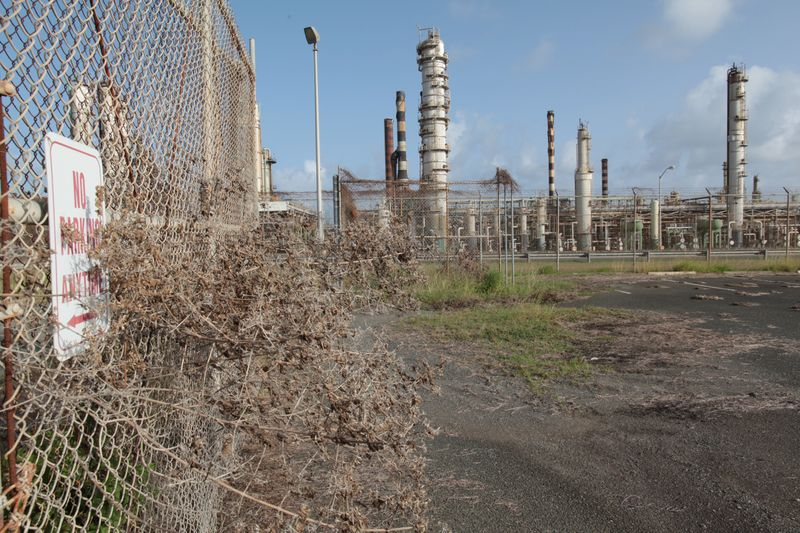 © Reuters. FILE PHOTO: An abandoned parking lot is seen outside the installations of the Hovensa petroleum refinery in St Croix