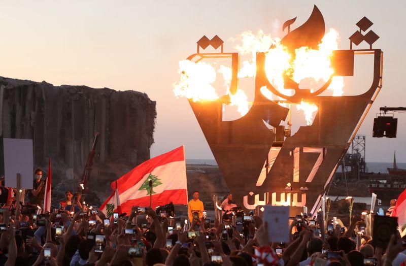 © Reuters.  Manifestantes antigubernamentales toman fotos de una escultura de metal que expresa la palabra