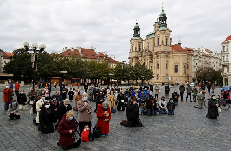 Czechs to wait two weeks before considering full lockdown