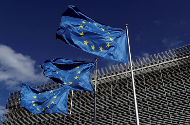 © Reuters. Bandiere dell'Unione europea davanti alla sede centrale della Commissione europea a Bruxelles