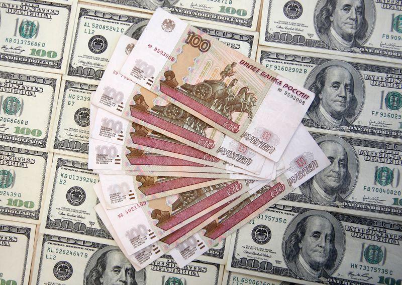 Рубль дешевеет из-за коронавируса и нервозности перед выборами в США