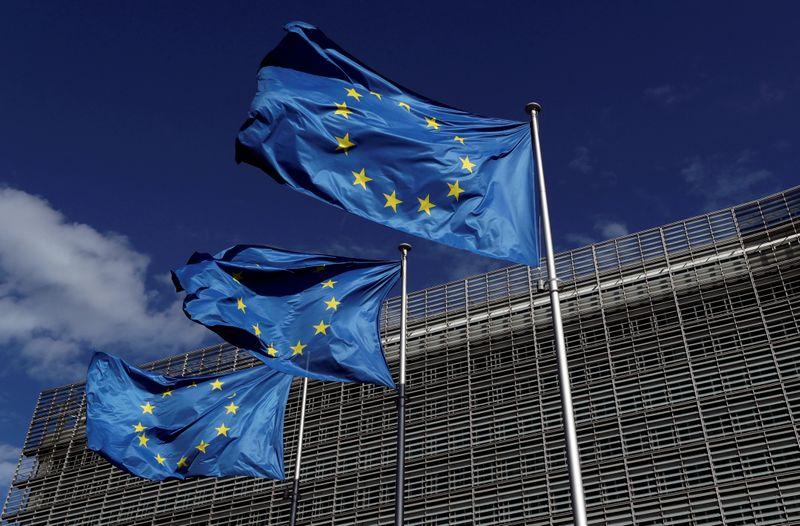 © Reuters. FILE PHOTO: European Union flags flutter outside the European Commission headquarters in Brussels, Belgium