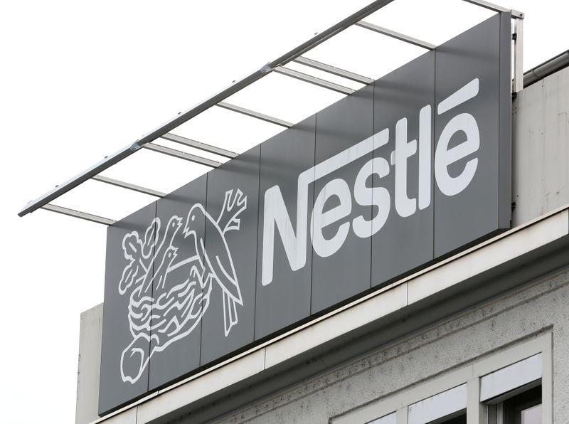 © Reuters. FILE PHOTO: Logo of Nestle is seen in Konolfingen