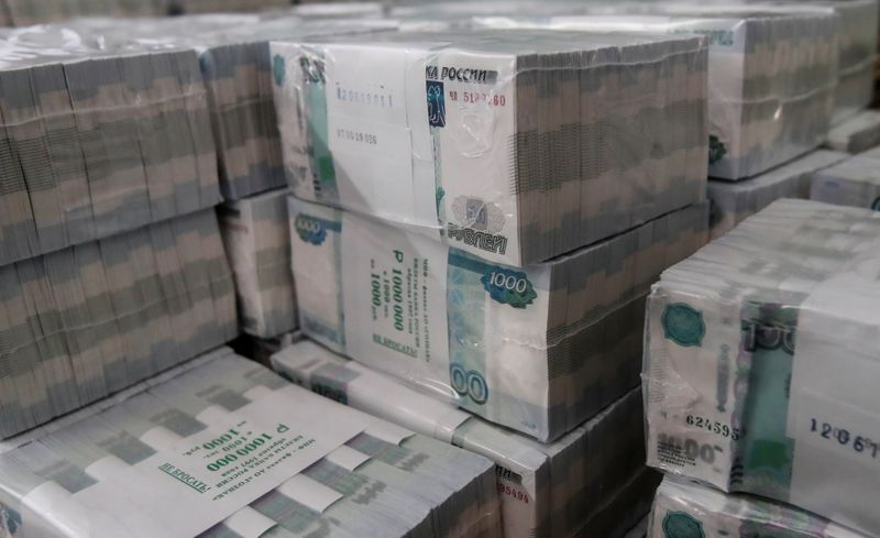 © Reuters. FILE PHOTO: Packs of 1000 Russian Roubles notes are pictured at Goznak printing factory in Moscow