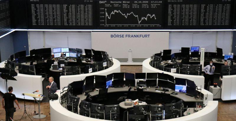 © Reuters. أسهم أوروبا عند قاع شهر تقريبا مع تراجع معنويات المستهلكين الألمان
