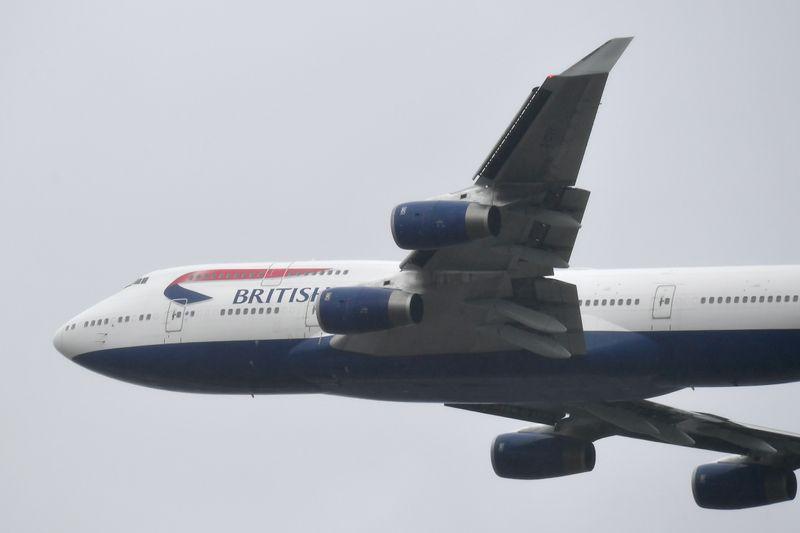 © Reuters. FILE PHOTO: British Airways Boeing 747 leaves London Heathrow airport