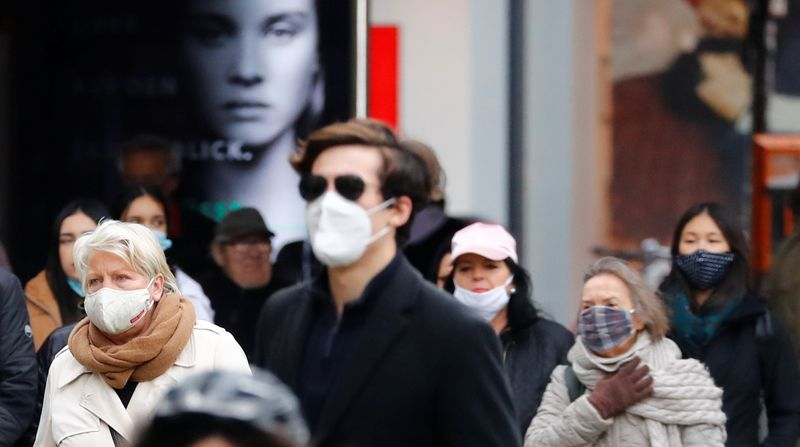 © Reuters. People wearing face masks are pictured at Schloss Strasse shopping street as the coronavirus disease (COVID-19) outbreak continues in Berlin