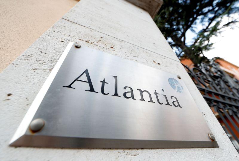 © Reuters. Il logo del gruppo Atlantia presso la sede centrale a Roma