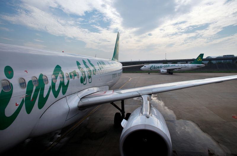© Reuters. FILE PHOTO: File picture of Spring Airlines' Airbus A320 aircraft seen at Hongqiao airport in Shanghai