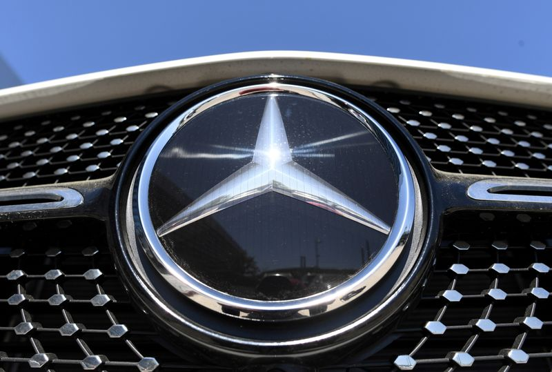 © Reuters. FILE PHOTO: The Mercedes-Benz logo is seen near the Daimler headquarters, as the spread of the coronavirus disease (COVID-19) continues in Stuttgart