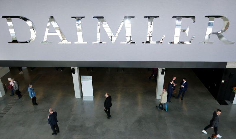 © Reuters. DAIMLER RELÈVE SES PRÉVISIONS DE BÉNÉFICE 2020