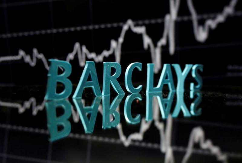 © Reuters. Il logo Barclays davanti a un grafico dell'andamento del titolo