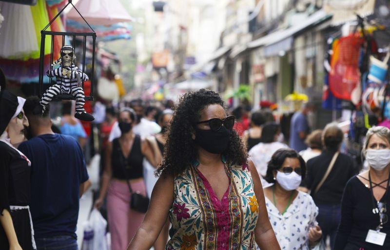Confiança do consumidor no Brasil cai em outubro pela primeira vez em 6 meses, diz FGV