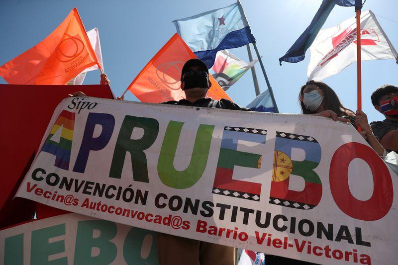 © Reuters. Manifestantes protestam em Santiago antes de referendo no Chile