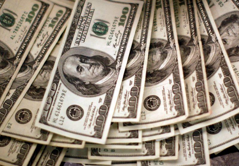 Dólar sobe nesta 6ª, mas caminha para fechar semana em queda de olho em exterior
