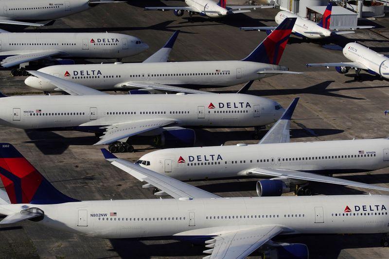 © Reuters. Delta Air Lines passenger planes parked in Birmingham