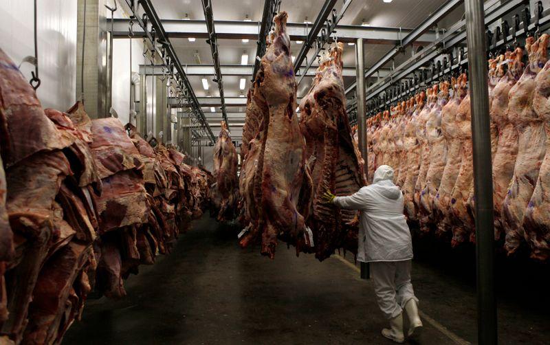 © Reuters. Processamento de carne bovina em frigorífico da Marfrig