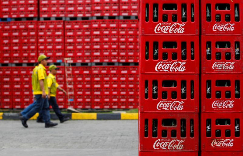 © Reuters. FILE PHOTO: Workers walk at PT Coca-Cola Amatil Indonesia's factory in Cibitung