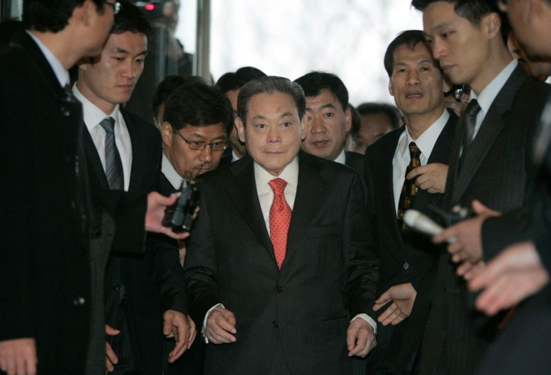 © Reuters. FILE PHOTO: Samsung Group chairman Lee Kun-hee arrives to meet President-elect Lee Myung-bak with other businessmen in Seoul