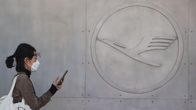 © Reuters. LUFTHANSA EST À SUIVRE À LA BOURSE DE FRANCFORT