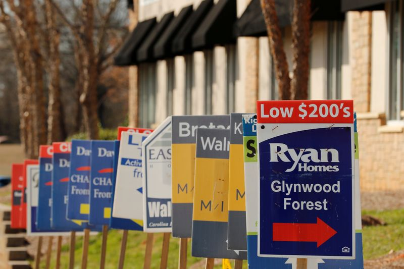 © Reuters. FILE PHOTO: Real estate signs advertise new homes for sale in multiple new developments in York County, South Carolina