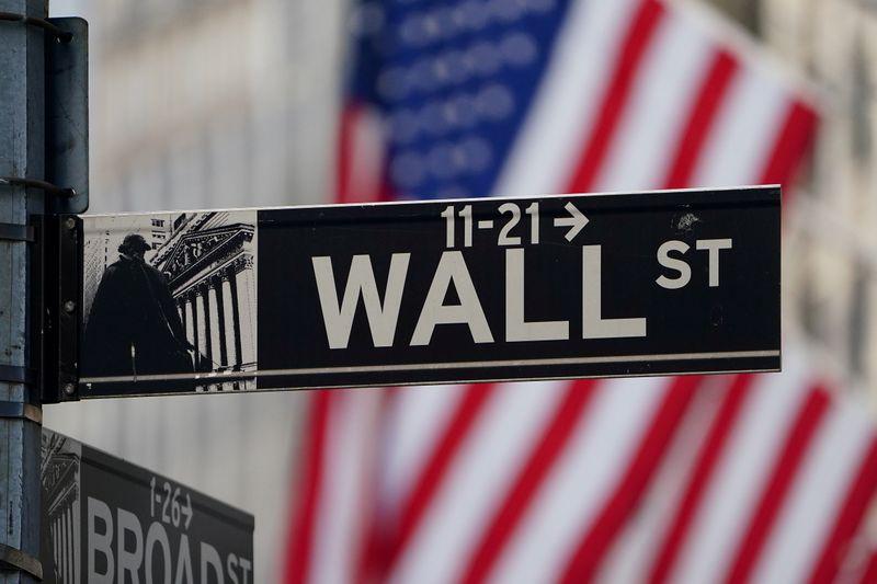 © Reuters. Il cartello stradale di Wall Street davanti alla Borsa di New York