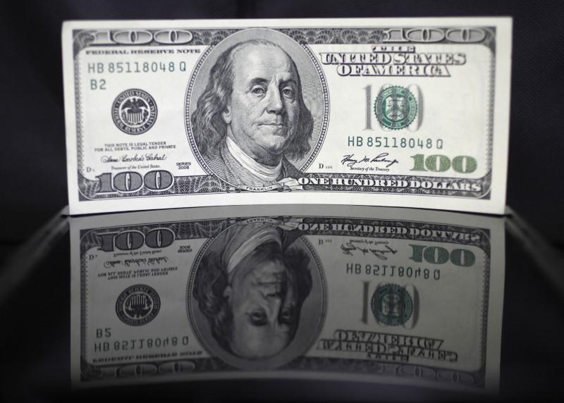 Forex, dollaro si mantiene saldo su picco contagi, timori per stimolo Usa