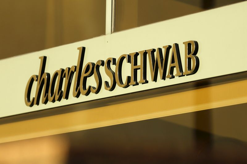© Reuters. A Charles Schwab office is shown in Los Angeles