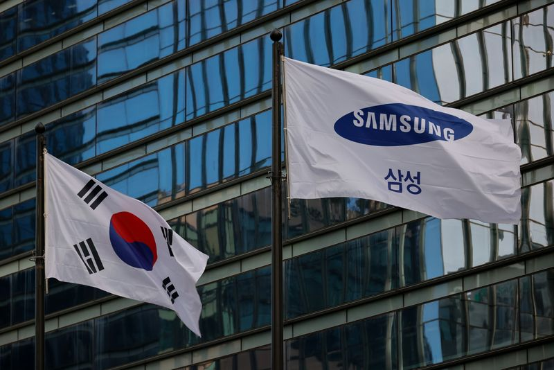 © Reuters. A flag bearing the logo of Samsung flutters in front of its office building in Seoul