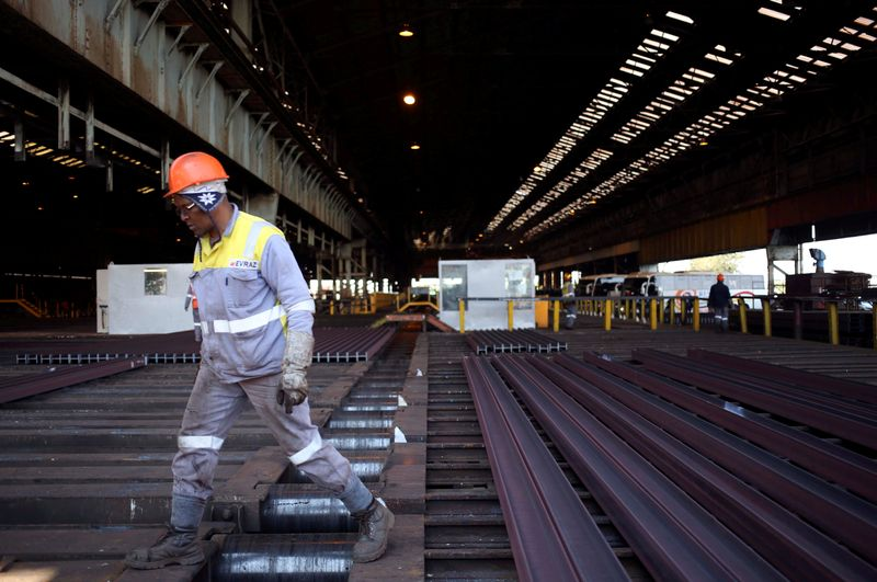 © Reuters. FILE PHOTO: A worker is seen at a Highveld Steel plant, which has a manufacturing agreement with ArcelorMittal steel company, in Middleburg