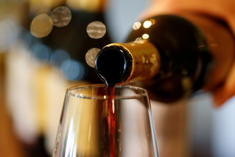 © Reuters. FILE PHOTO: French red wine is poured into a glass at Chateau du Pavillon in Sainte-Croix-Du-Mont,