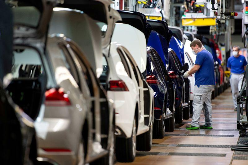 © Reuters. FILE PHOTO: VW re-starts Europe's largest car factory after coronavirus shutdown