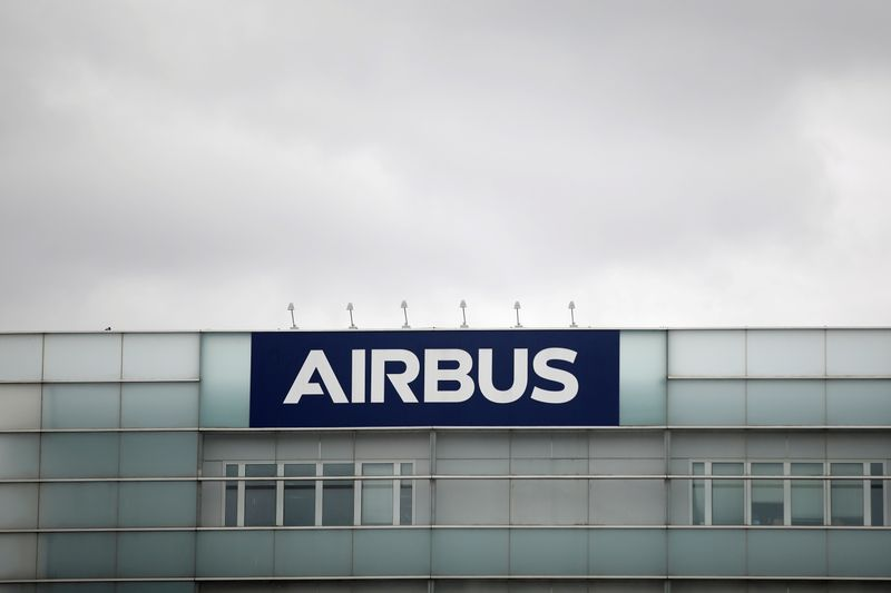 © Reuters. FILE PHOTO: A logo of Airbus is seen at the entrance of its factory in Blagnac near Toulouse