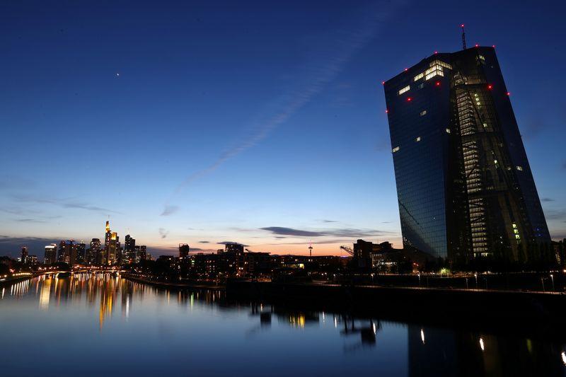 © Reuters. LA BCE OUVRE LA PORTE À UNE ACTION EN DÉCEMBRE