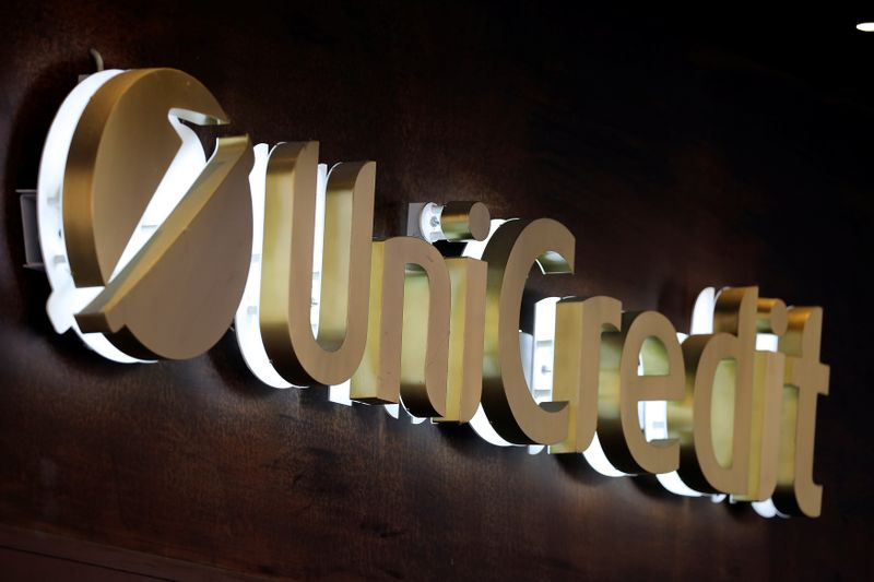 © Reuters. Il logo della banca Unicredit nel centro storico di Siena