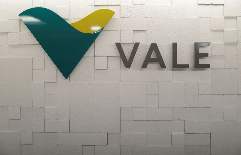 © Reuters. FILE PHOTO: The logo of Vale SA is pictured in Rio de Janeiro