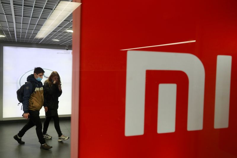 © Reuters. FILE PHOTO: People wearing protective face masks visit Xiaomi brand's store in Kyiv