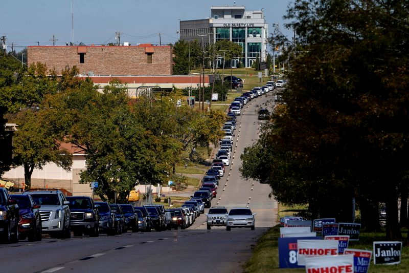 © Reuters. Voters wait in a long line of cars during early voting at the Oklahoma Election Board in Oklahoma City