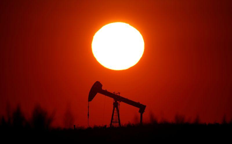 Цены на нефть в минусе и могут показать второе месячное снижение кряду