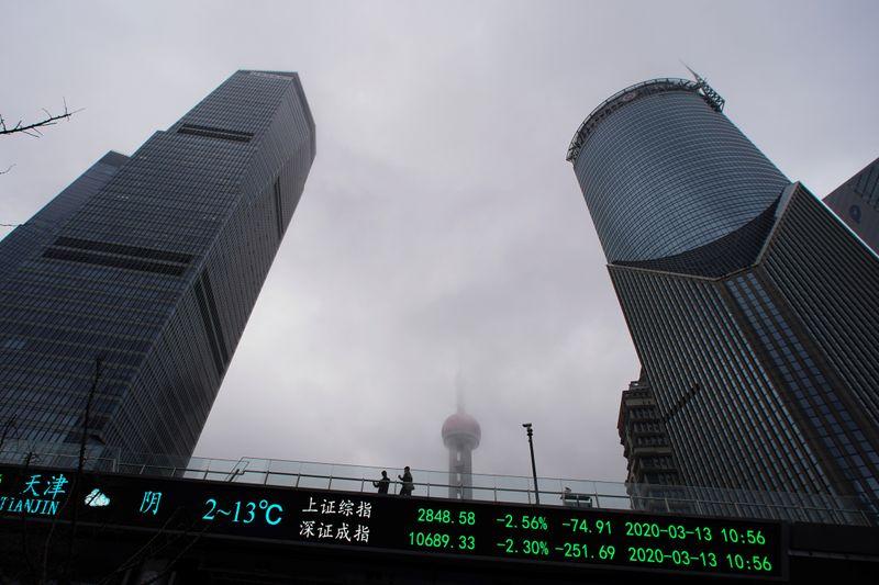 Ações da China fecham em baixa; consumo e bancos ajudam mercados a ter ganhos no mês