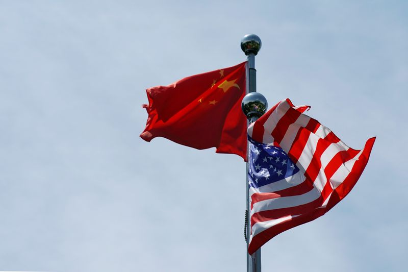© Reuters. Chinese and U.S. flags flutter near The Bund in Shanghai