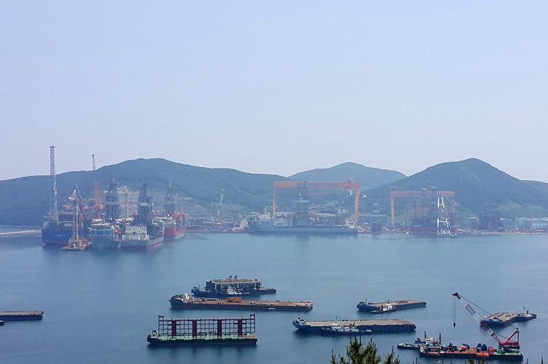 © Reuters. FILE PHOTO: Daewoo Shipbuilding & Marine Engineering's shipyard is seen in Geoje