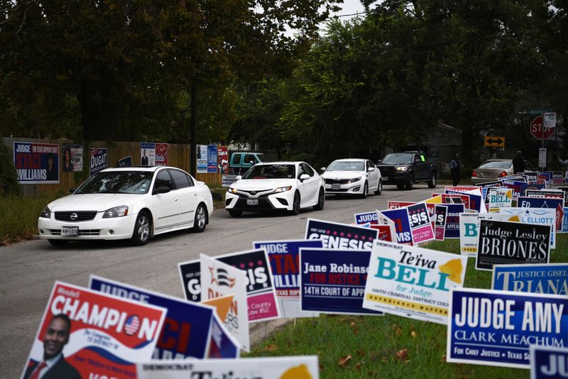 © Reuters. FILE PHOTO: Texans turn out in massive numbers for early voting in Houston